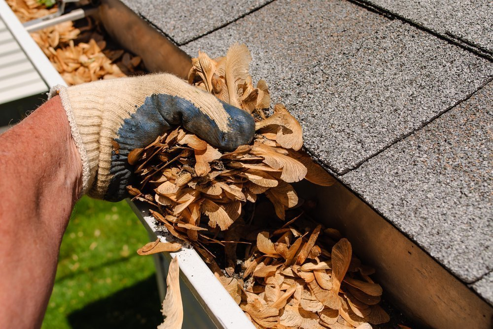 5 Dangers of DIY gutter cleaning