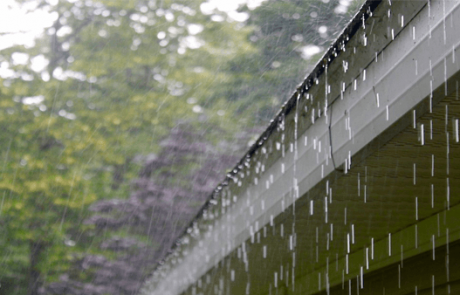 gutter-cleaning-during-the-rainy-season