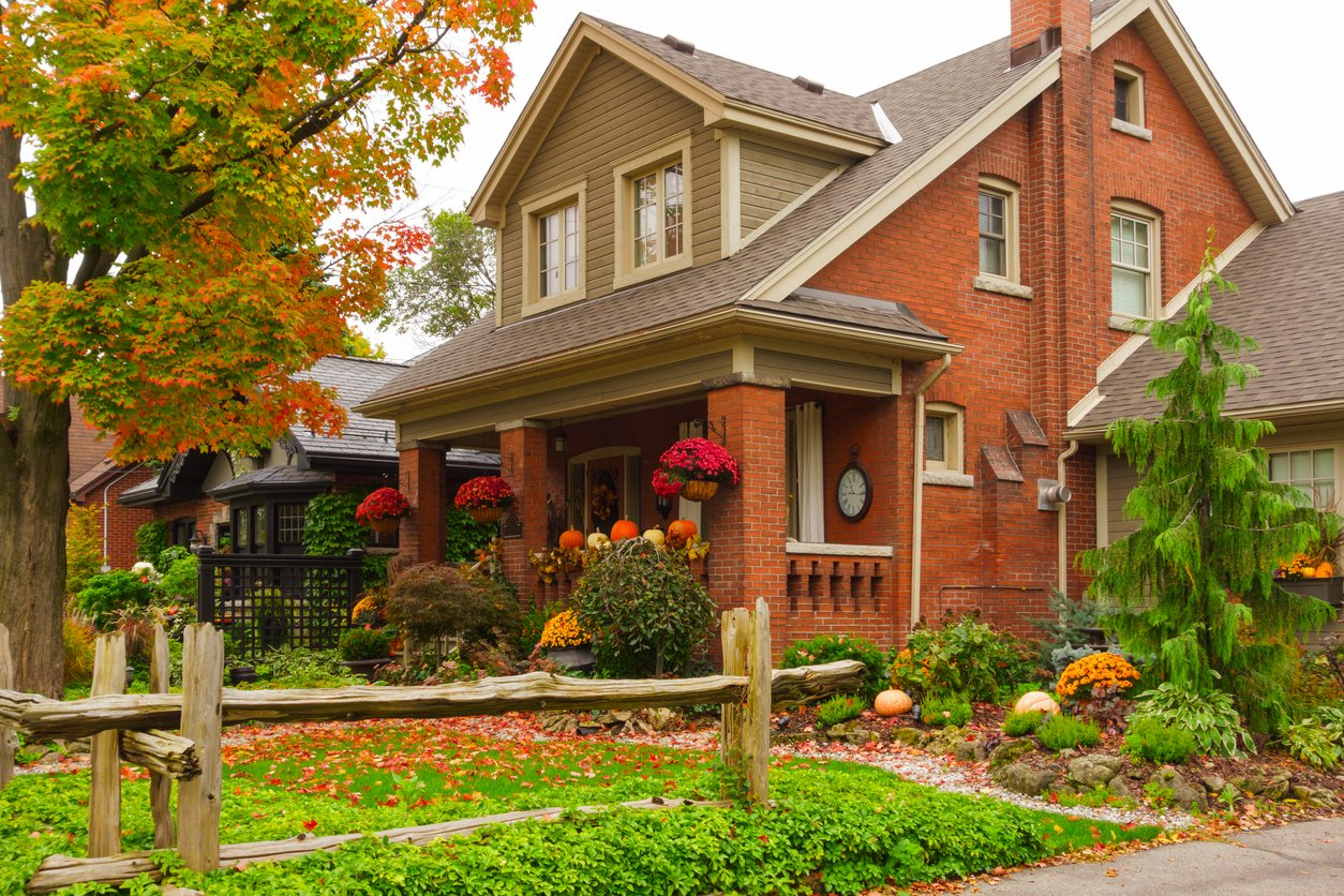 a home in toronto during the fall before eavestrough cleaning services